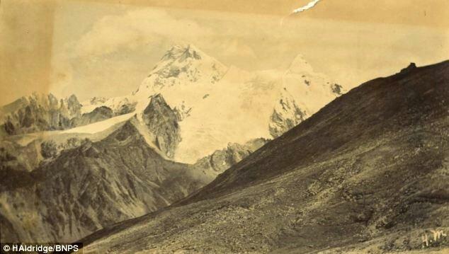 در جریان سفر اکتشافی نظامیان بریتانیا به تبت کاپیتان ویلیام هایمن این عکس را از کوه اورست ثبت کرد. این قدیمی ترین ثبت موجود از بام دنیا است