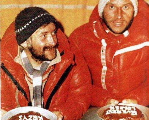 لزک سیچی و کریستف ویلیچکی در جشن صعود در کمپ اصلی اورست بعد از اولین صعود زمستانی تاریخ این کوه