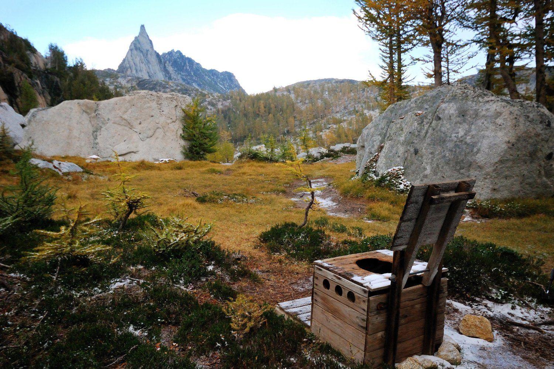 توالت واقع در کوه های کاسکید واشنگتن آمریکا شاید زیباترین نما برای توالت را دارا باشد