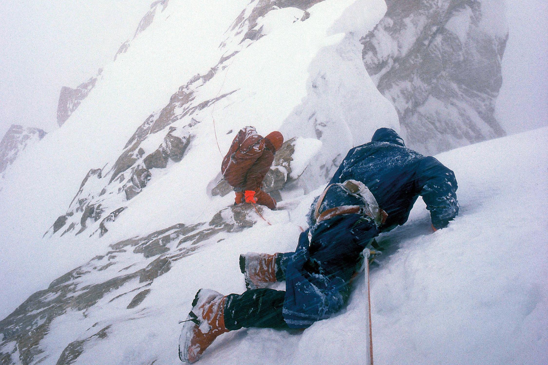 از معروفترین عکسهای تاریخ کوهنوردی، دوگ اسکات با دو پای شکسته در حال فرود از کوه بینتها براک ملقب به آدمخوار