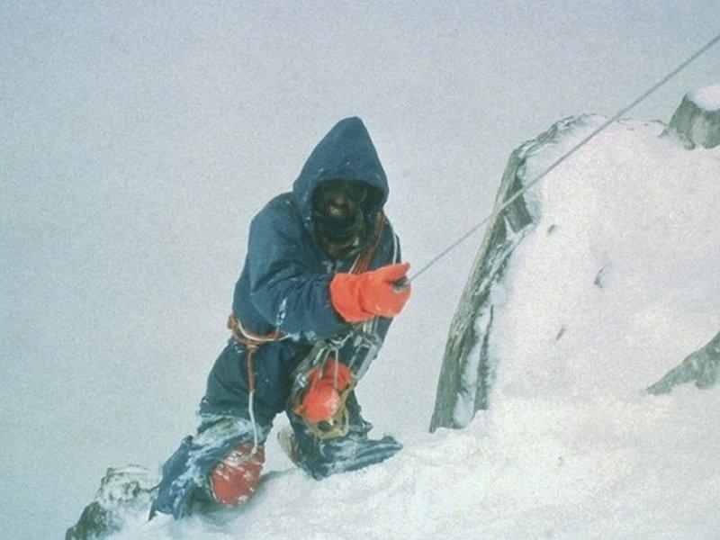 دوگ اسکات با دو پای شکسته در کوه بینتها براک
